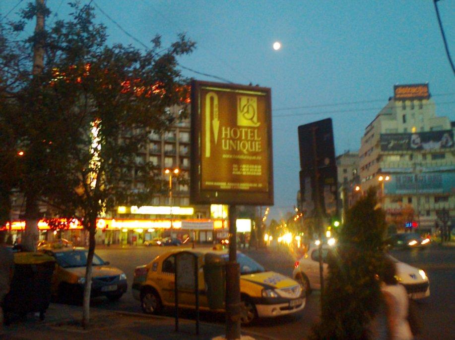 Singurătate în doi; cu luna în piaţa romană.