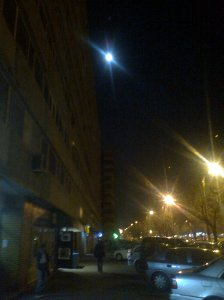 Luna trecând peste felinare;fotografiile mele;Bucureşti;26.11.2012;30.11.2012;22:14;publicat de Bot Eugen.