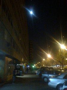 Singurătate în doi. Luna trecând pe sub felinare.