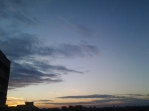 Cerul în amurg, ciobit de vârful unui bloc de piatră; fotografiile mele; București; Pantelimon; 16.03.2014; 18:25; publicat de Bot Eugen. 19:33