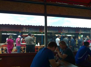 La terasă; cu micii și berea la metru; fotografiile mele; personale; 10.05.2015; 14-17; publicat de Bot Eugen. șoseaua Pantelimon 302; sectorul 2; București. 10.05.2015; 19:16